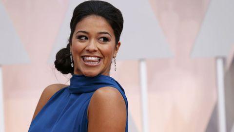 Gina Rodríguez con un vestido azul de Manon Gabard