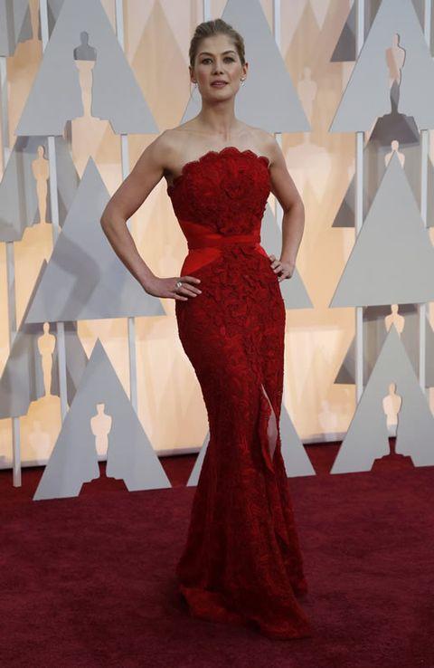 Rosamund Pike ha elegido un ajustado vestido rojo de Givenchy