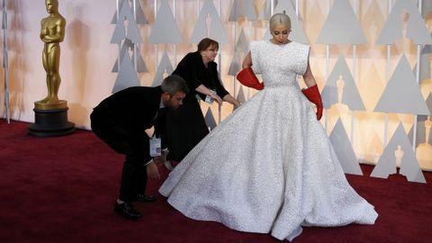 Diez semanas y 25 personas necesitó la confección del vestido de Lady Gaga hecho sobre medidas por Alaia