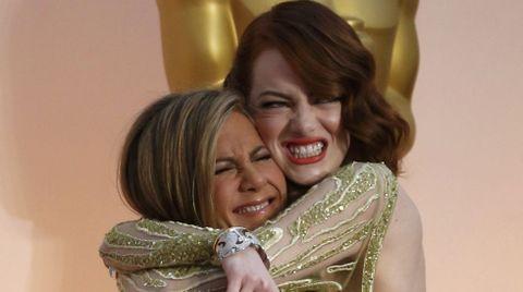 El efusivo abrazo entre Jennifer Aniston y Emma Stone fue una de las fotos de la alfombra roja