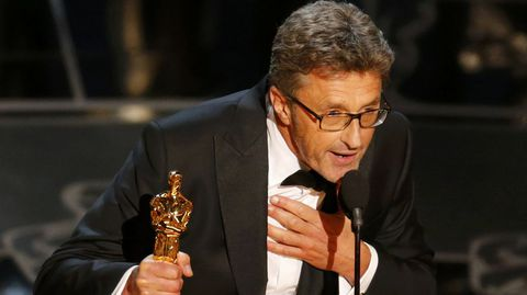 Cuando Pawel Pawlikowski subió a recoger el Oscar como mejor película de habla no inglesa seguro que tenía claro a quién se lo iba a dedicar. Por eso, ni corto ni perezoso, cuando empezó a escuchar la música que marca el final de los agradecimientos, aceleró para poder terminar. El discurso más rápido de la noche