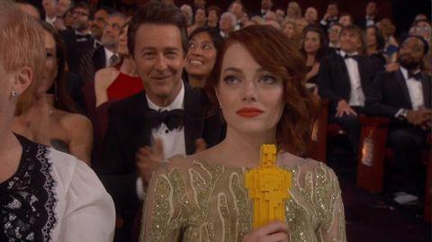 Durante la actuación de la canción «Everything Is Awesome» (¿la actuación de la noche?) de «Lego. La película», los bailarines repartieron Oscars de Lego a gran parte de los asistentes. Más tarde, antes de anunciar la actriz de reparto, Emma Stone posaba con la estatuilla consciente de que no iba a ser su noche