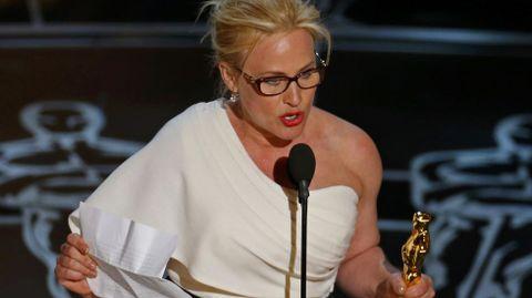 Patricia Arquette lanzó un discurso por la igualdad de derechos para la mujer. «A todas las mujeres que han dado a luz, pagan sus impuestos y son ciudadanas de esta nación, hemos luchado por los derechos de todos los demás», indicó la ganadora del Óscar a la mejor actriz de reparto por «Boyhood». «Es el momento de tener el mismo salario (que los hombres) y los mismos derechos para las mujeres en Estados Unidos», añadió de forma apasionada la artista.