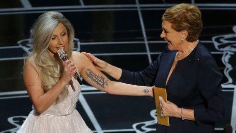 Destacó la actuación de Lady Gaga, que rindió homenaje a «The Sound of Music» en su 50 aniversario con la presencia incluida de Julie Andrews