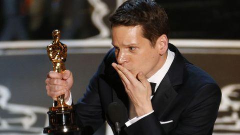 Graham Moore, reconocido homosexual, se llevó el Oscar por el guión adaptado de «The Imitation Game». «Traté de suicidarme con 16 años y ahora estoy aquí», dijo a medio camino entre la emoción y el sollozo. «Quiero aprovechar este momento para dirigirme a ese niño ahí afuera que siente que no encaja en ninguna parte. Sí encajas. Sigue siendo raro. Sigue siendo diferente, y entonces, cuando sea tu turno y estés en mi lugar, pasa el mensaje», manifestó.