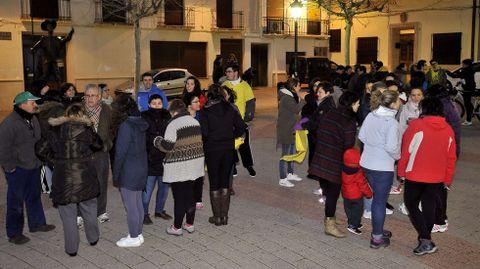 Vecinos de Ossa de Montiel (Albacete) en la plaza del ayuntamiento.