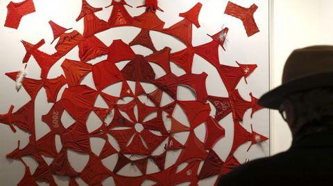 Una persona obseva la obra «Mandala (rojo)», 2012, de Pilar Albarracín, expuesta en la feria de arte contemporáneo.