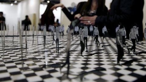 Dos personas ante la obra «Divergentes» de Manuel Calderón, de la galería colombiana El Museo.