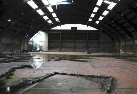 El interior del polideportivo está en condiciones precarias, lo que podría provocar incidentes.