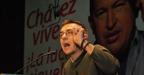 <span lang= es-es >Asesores del Gobierno de Chávez</span>. Juan Carlos Monedero, número tres de Podemos, (arriba) fue asesor del Gobierno de Venezuela entre el 2005 y el 2010. Pablo Iglesias (abajo) trabajó en Venezuela entre el 2006 y el 2007 para fundación CEPS, que recibió contratos de asesoramiento por parte del Gobierno de Hugo Chávez.