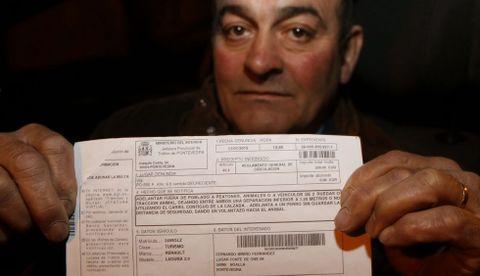 Fernando Miniño, ayer con la polémica multa por adelantamiento indebido a un perro.