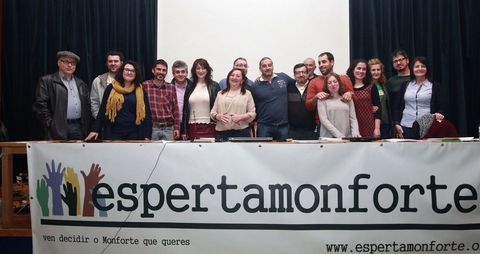 Los candidatos posan al término de la asamblea que celebró ayer Esperta Monforte en el salón de actos de la casa de cultura.
