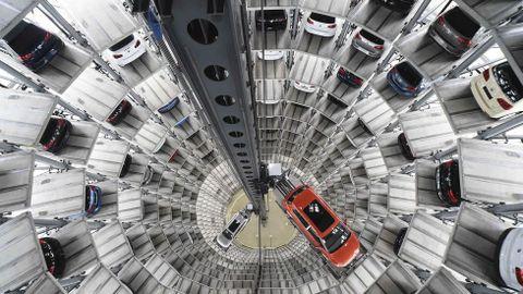 Varios coches en la fábrica de Volkswagen en Alemania.