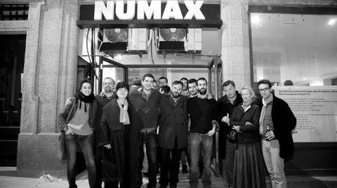 Los socios de Numax (de izquierda a derecha, Irma Amado, Antonio Doñate, Margarita Ledo, Ramiro Ledo, Xosé Carlos Hidalgo, Pablo Cayuela) junto a Aki Kaurismäki y su mujer, Paula Oinonen