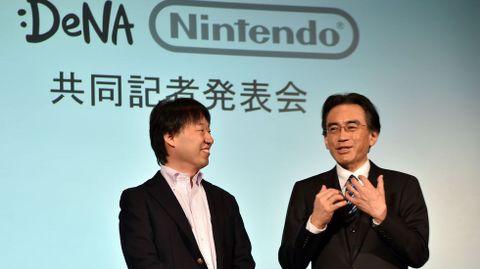 El presidente de Nintento Satoro Itawa (derecha) con Isao Moriyasu de DeNa