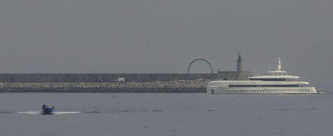El megayate «Sibelle», entrando en el puerto de A Coruña para dirigirse a Marina Coruña.