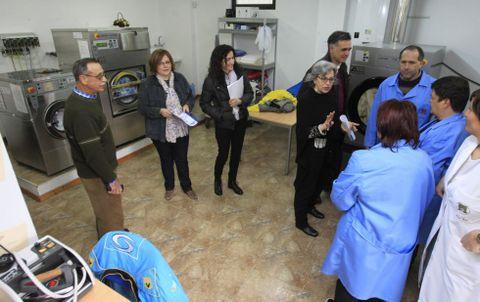 La secretaria general de Política Social en un momento de la visita en el taller de lavandería.