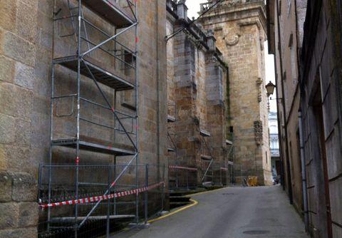 os andamios están colocados en una fachada lateral de la basílica.