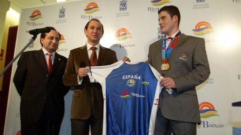 Firma del convenio entre el piragüista y el Patronato de Turismo de Rías Baixas (2005).
