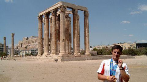 El campeón gallego posa con sus dos medallas conquistadas en Atenas en el ágora de la capital griega.