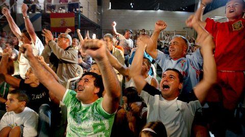Vecinos y amigos animando en el puerto de Aldán durante las pruebas olímpicas del 2008.