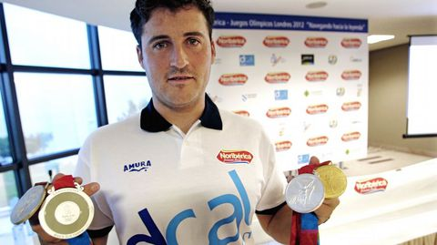Cal muestra sus medallas olímpicas logradas hasta la fecha (2011).