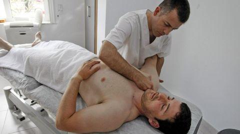 El osteópata Juan Carlos, en pleno tratamiento.