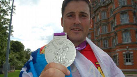Cal muestra la plata lograda en Londres.