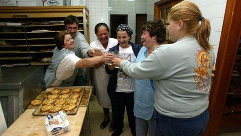 Brindis en la panadería familiar para festejar los éxitos de David Cal.