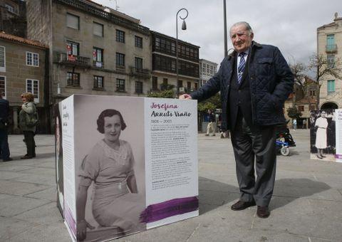 José Ángel Fernández Arruti, junto a la imagen de su madre, en la exposición de A Ferrería.