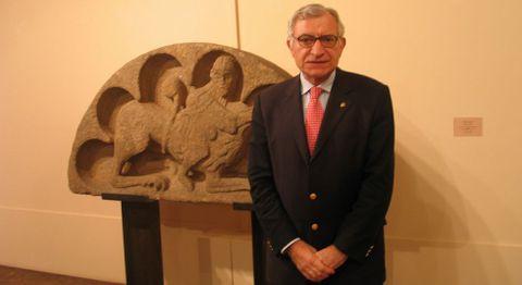 El director del Museo de Pontevedra, Valle Pérez, al recuperar el tímpano de Palmou en el año 2006.