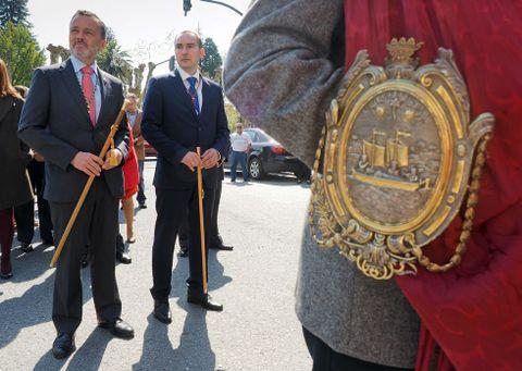 Los ediles y el alcalde de Padrón (derecha) salieron al encuentro de la delegación santiaguesa.