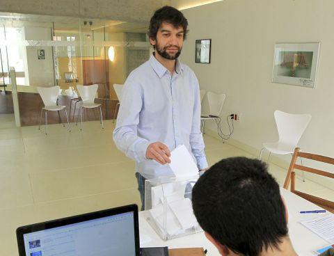 Jorge Suárez votando.