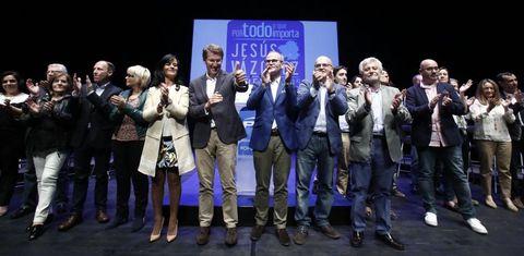 Los miembros de la candidatura popular, junto al presidente del PPdeG, Alberto Núñez, y el del PP ourensano, José Manuel Baltar.