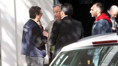 Agentes de la Agencia Tributaria en el domicilio de Rodrigo Rato.
