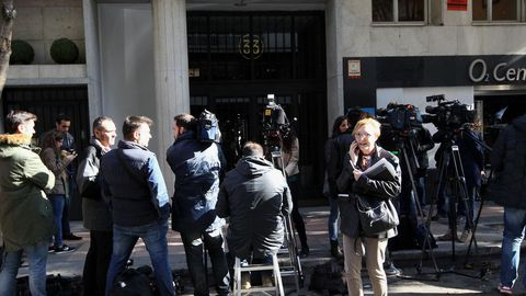 Expectación mediática ante la puerta de la vivienda de Rodrigo Rato