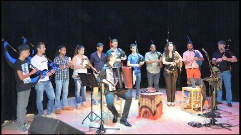 Patro, con los músicos cubanos