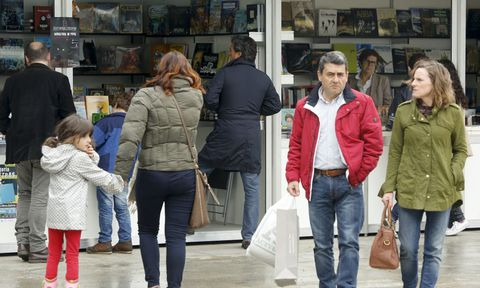Los primeros compradores se acercaron ayer a las casetas que hoy regalarán claveles.