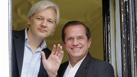 Julian Assange -a la izquierda- en la embajada de Ecuador
