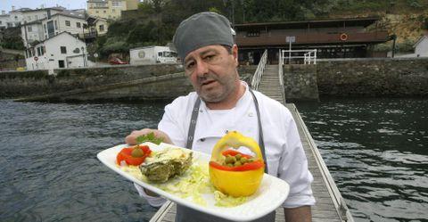 El ribadense Javier Graña con la ostra en salsa picante con queso de O Risón.