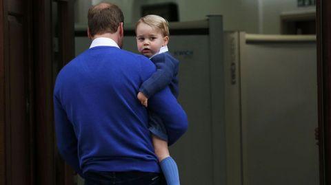 El príncipe Guillermo, junto a su primogénito Jorge, acuden a visitar a la recién nacida