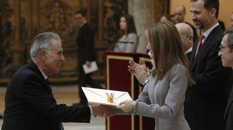 Jesús Hermida en el momento de recibir el Premio Nacional de Televisión en el 2013 de manos de la entonces Princesa de Asturias, Letizia Ortiz