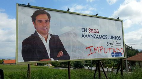 Vandalismo político contra Ernesto Anido. El PP de Sada denunció, en su día, los actos vandálicos que estaban sufriendo contra su publicidad electoral y documentos que habían expuesto en su sede de campaña.
