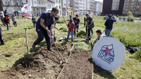 También en Lugo, integrantes de la candidatura del BNG optaron por escenificar su apuesta por la creación de huertos urbanos plantando uno.