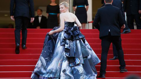 Con escote palabra de honor, larga cola con sobrefalda por detrás, Blanchett  brilló, pese a la sobriedad de los grises y azules que dominaban su vestido.