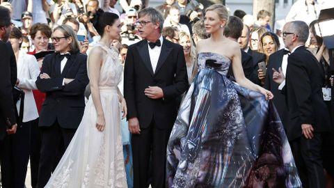 Blanchett pasó con la seguridad que da la experiencia y el éxito conquistado por la película «Carol», que coprotagoniza junto a una Rooney Mara, quien se mostró en la alfombra roja tan tímida como horas antes en la rueda de prensa.