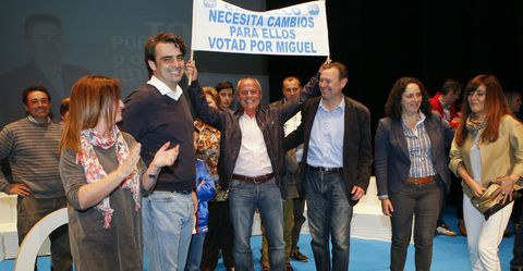 Un animador habitual, entre Diego Calvo y Miguel Ferreiro, anoche en el Pazo.