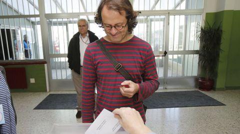 Xosé Manuel Carril deposita su voto.