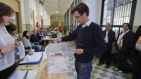 Santiago Folla Cisneros votó en su colegio.