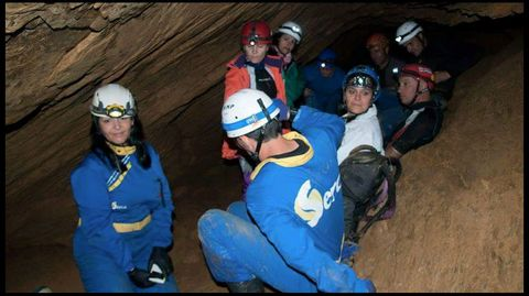 Un momento de descanso en el reciente recorrido realizado en la cueva